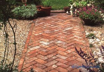 Popular materials for the garden path: advantages and disadvantages