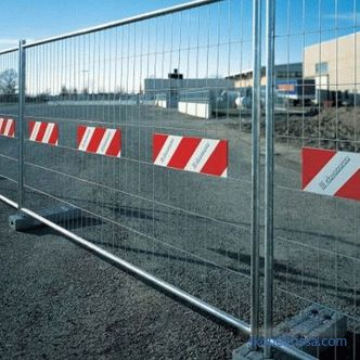 Construction fences for a building site: an example with a photo