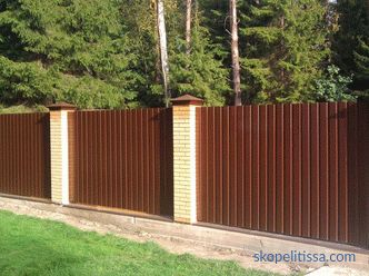 Fence of corrugated with brick pillars, the stages of construction and installation